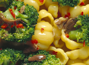 Conchiglie tricolori con broccoli e acciughe